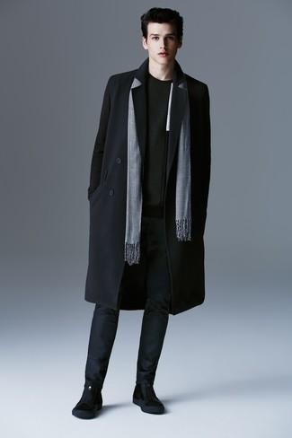 Cómo combinar: abrigo largo negro, jersey con cuello circular negro, pantalón chino azul marino, botines chelsea de ante negros