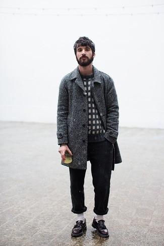 Cómo combinar un abrigo largo de espiguilla en gris oscuro: Considera emparejar un abrigo largo de espiguilla en gris oscuro con un pantalón chino negro para después del trabajo. Mocasín con borlas de cuero burdeos son una forma sencilla de mejorar tu look.