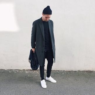 Cómo combinar una bufanda azul marino: Elige un abrigo largo en gris oscuro y una bufanda azul marino para un look agradable de fin de semana. Tenis de cuero blancos son una opción inigualable para completar este atuendo.