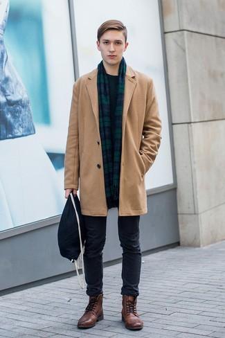 Cómo combinar un jersey con cuello circular verde oscuro: Intenta ponerse un jersey con cuello circular verde oscuro y un pantalón chino negro para conseguir una apariencia relajada pero elegante. Con el calzado, sé más clásico y elige un par de botas casual de cuero marrónes.