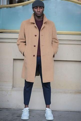 Outfits hombres: Intenta combinar un abrigo largo marrón claro con un pantalón chino azul marino para lograr un estilo informal elegante. Si no quieres vestir totalmente formal, usa un par de tenis de cuero blancos.