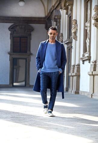 Cómo combinar unos tenis de cuero en blanco y azul marino: Considera emparejar un abrigo largo azul con un pantalón chino estampado azul para después del trabajo. ¿Quieres elegir un zapato informal? Opta por un par de tenis de cuero en blanco y azul marino para el día.