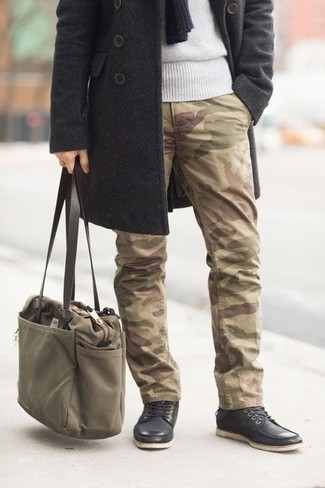 Cómo combinar una bolsa tote de lona verde oliva: Opta por un abrigo largo en gris oscuro y una bolsa tote de lona verde oliva transmitirán una vibra libre y relajada. Complementa tu atuendo con botas casual de cuero negras para mostrar tu inteligencia sartorial.
