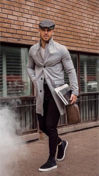 Look de moda: Abrigo largo gris, Jersey con cuello circular gris, Pantalón de chándal negro, Zapatillas altas de lona negras