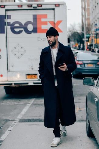 Cómo combinar: abrigo largo azul marino, jersey con cuello circular blanco, pantalón de chándal negro, tenis de cuero blancos