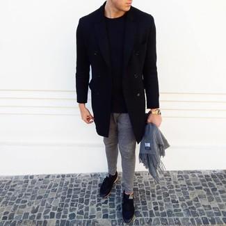 Cómo combinar: abrigo largo negro, jersey con cuello circular negro, pantalón de chándal gris, tenis negros