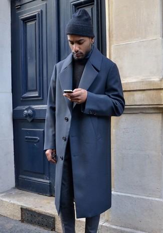 Cómo combinar: abrigo largo azul marino, jersey con cuello circular negro, pantalón de vestir de lana gris, gorro negro