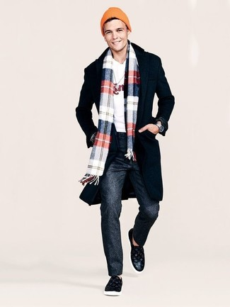 Cómo combinar: abrigo largo negro, jersey con cuello circular estampado blanco, pantalón de vestir de lana en gris oscuro, zapatillas slip-on de cuero negras