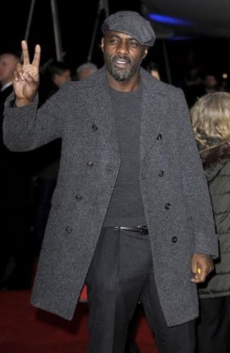 Look de Idris Elba: Abrigo Largo en Gris Oscuro, Jersey con Cuello Circular en Gris Oscuro, Pantalón de Vestir de Lana en Gris Oscuro, Gorra Inglesa en Gris Oscuro