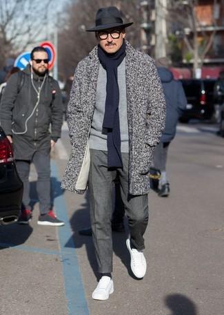 Cómo combinar: abrigo largo de espiguilla gris, jersey con cuello circular gris, pantalón de vestir en gris oscuro, tenis de cuero blancos