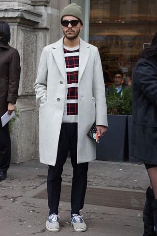 Cómo combinar: abrigo largo gris, jersey con cuello circular de rayas horizontales en negro y blanco, pantalón de vestir negro, tenis grises