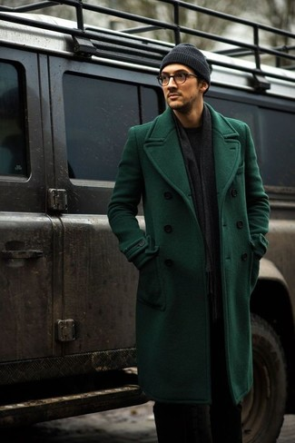 Cómo combinar: abrigo largo verde, jersey con cuello circular negro, pantalón de vestir negro, gorro en gris oscuro