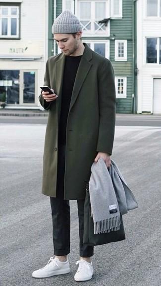 Cómo combinar: abrigo largo verde oliva, jersey con cuello circular negro, pantalón de vestir negro, tenis de cuero blancos