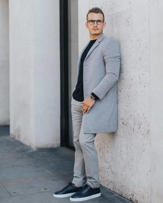 Cómo combinar: abrigo largo gris, jersey con cuello circular negro, pantalón de vestir de lana gris, tenis de cuero negros