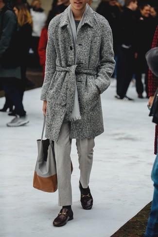 Cómo combinar una bufanda gris: Elige un abrigo largo de espiguilla gris y una bufanda gris para un look agradable de fin de semana. Activa tu modo fiera sartorial y haz de mocasín de cuero en marrón oscuro tu calzado.