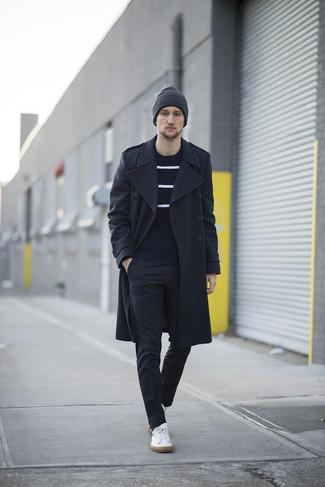 Cómo combinar un abrigo largo negro: Usa un abrigo largo negro y un pantalón de vestir a cuadros negro para una apariencia clásica y elegante. Si no quieres vestir totalmente formal, opta por un par de tenis de cuero blancos.