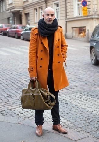 Cómo combinar un portafolio de cuero verde oliva: Elige un abrigo largo naranja y un portafolio de cuero verde oliva para un look agradable de fin de semana. ¿Por qué no ponerse zapatos oxford de cuero marrónes a la combinación para dar una sensación más clásica?