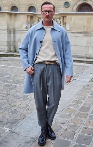 Moda para hombres de 40 años: Casa un abrigo largo celeste con un pantalón de vestir gris para una apariencia clásica y elegante. ¿Por qué no añadir zapatos derby de cuero negros a la combinación para dar una sensación más relajada?
