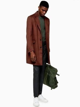 Cómo combinar un pantalón de vestir de rayas verticales en gris oscuro: Elige un abrigo largo en tabaco y un pantalón de vestir de rayas verticales en gris oscuro para rebosar clase y sofisticación. Tenis de cuero blancos resaltaran una combinación tan clásico.