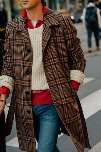 Cómo combinar: abrigo largo de tartán marrón, jersey con cuello circular de punto en beige, polo de manga larga rojo, camiseta con cuello circular blanca