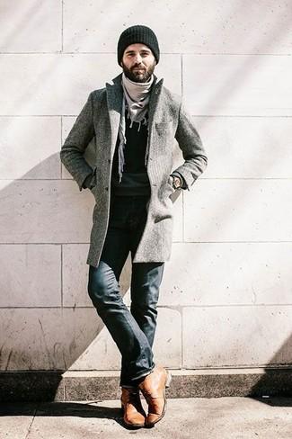 Cómo combinar: abrigo largo gris, jersey con cuello circular negro, vaqueros negros, botas safari de cuero marrón claro