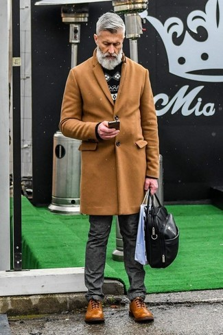 Cómo combinar: abrigo largo marrón claro, jersey con cuello circular de grecas alpinos en negro y blanco, vaqueros en gris oscuro, zapatos brogue de cuero marrónes