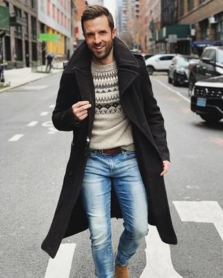 Cómo combinar: abrigo largo negro, jersey con cuello circular de grecas alpinos gris, vaqueros celestes, botines chelsea de ante marrón claro