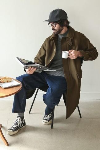Cómo combinar un jersey con cuello circular en gris oscuro: Considera ponerse un jersey con cuello circular en gris oscuro y unos vaqueros azul marino para un look diario sin parecer demasiado arreglada. ¿Quieres elegir un zapato informal? Haz zapatillas altas de lona en negro y blanco tu calzado para el día.