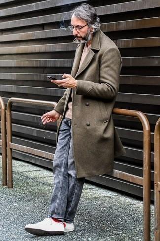 Cómo combinar unos vaqueros grises: Opta por un abrigo largo marrón y unos vaqueros grises para el after office. ¿Quieres elegir un zapato informal? Completa tu atuendo con tenis de cuero en blanco y rojo para el día.