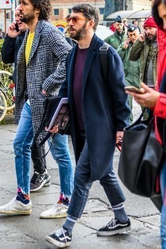 Cómo combinar un portafolio de cuero negro: Un abrigo largo azul marino y un portafolio de cuero negro son una opción perfecta para el fin de semana. Tenis en negro y blanco son una opción práctica para completar este atuendo.