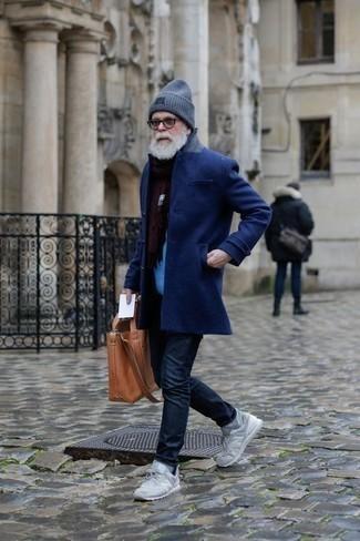 Cómo combinar unos vaqueros azul marino para hombres de 60 años: Equípate un abrigo largo azul marino con unos vaqueros azul marino para el after office. ¿Quieres elegir un zapato informal? Elige un par de deportivas grises para el día.