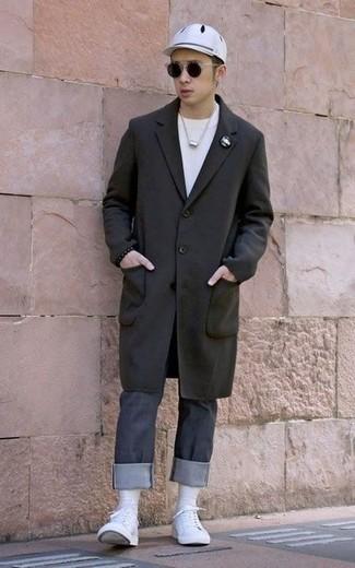 Outfits hombres en primavera 2020: Empareja un abrigo largo negro junto a unos vaqueros en gris oscuro para un lindo look para el trabajo. ¿Quieres elegir un zapato informal? Elige un par de tenis de lona blancos para el día. ¡Nos gusta mucho el atuendo! Es una solución perfecta para tus días de primavera.