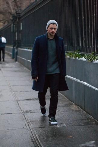 Cómo combinar: abrigo largo azul marino, jersey con cuello circular verde oscuro, vaqueros pitillo negros, zapatillas slip-on de cuero negras