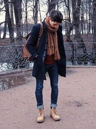 Cómo combinar: abrigo largo azul marino, jersey con cuello circular burdeos, vaqueros pitillo azul marino, botas casual de ante en beige
