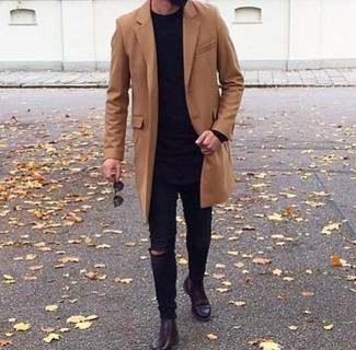 Cómo combinar: abrigo largo marrón, jersey con cuello circular negro, vaqueros pitillo desgastados negros, botines chelsea de cuero burdeos