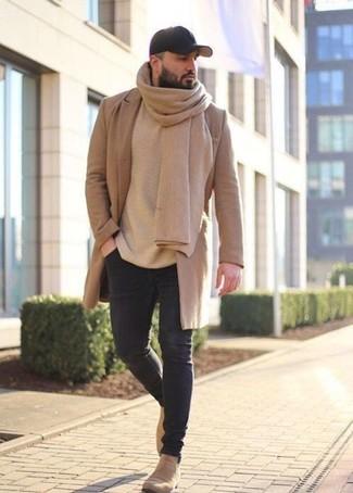 Cómo combinar: abrigo largo marrón claro, jersey con cuello circular en beige, vaqueros pitillo negros, botines chelsea de ante en beige