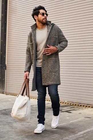 Cómo combinar: abrigo largo gris, jersey con cuello circular en beige, vaqueros pitillo negros, tenis de lona blancos