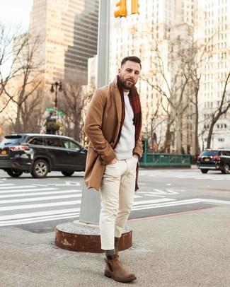 Cómo combinar: abrigo largo marrón claro, jersey con cuello circular en beige, vaqueros pitillo en beige, botines chelsea de cuero marrónes