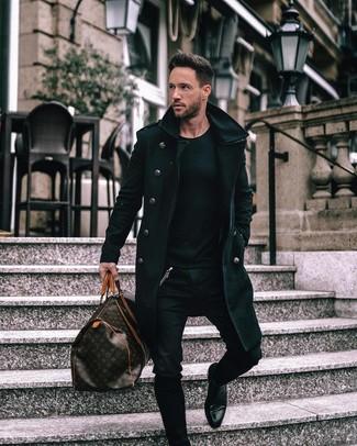 Cómo combinar: abrigo largo negro, jersey con cuello circular negro, vaqueros pitillo negros, botines chelsea de cuero negros