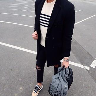 Cómo combinar: abrigo largo azul marino, jersey con cuello circular de rayas horizontales en blanco y azul marino, vaqueros pitillo desgastados negros, tenis marrón claro