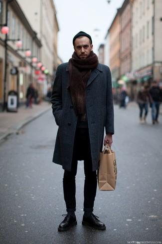Cómo combinar un abrigo largo de tartán en gris oscuro: Intenta combinar un abrigo largo de tartán en gris oscuro junto a unos vaqueros pitillo negros para un look diario sin parecer demasiado arreglada. ¿Te sientes valiente? Opta por un par de zapatos derby de cuero negros.