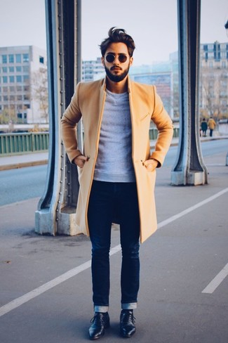 La versatilidad de un abrigo largo marrón claro y unos vaqueros pitillo azul marino los hace prendas en las que vale la pena invertir. Agrega zapatos derby de cuero negros a tu apariencia para un mejor estilo al instante.