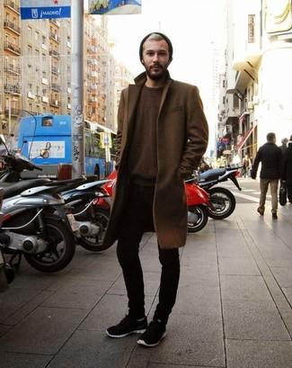 Cómo combinar: abrigo largo marrón, jersey con cuello circular en marrón oscuro, vaqueros pitillo negros, deportivas negras