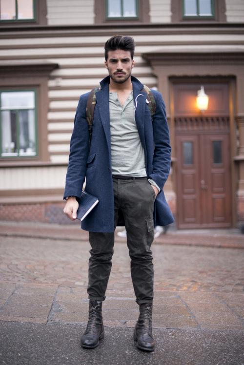 Look de moda Abrigo Largo Azul Marino, Jersey con Cuello Henley Gris, Pantalón