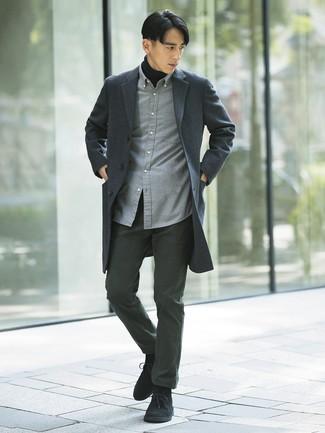 Cómo combinar: abrigo largo de tartán en gris oscuro, jersey de cuello alto negro, camisa de manga larga de franela gris, pantalón chino en gris oscuro