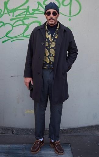 Cómo combinar un jersey de cuello alto azul marino: Intenta combinar un jersey de cuello alto azul marino con un pantalón chino azul marino para un look diario sin parecer demasiado arreglada. Náuticos de cuero en marrón oscuro son una opción perfecta para complementar tu atuendo.
