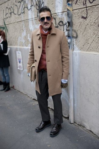 Cómo combinar unas botas casual de cuero burdeos estilo casual elegante: Intenta ponerse un abrigo largo marrón claro y un pantalón de vestir en gris oscuro para una apariencia clásica y elegante. Si no quieres vestir totalmente formal, elige un par de botas casual de cuero burdeos.