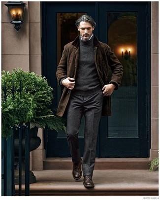 Cómo combinar una camisa de vestir: Ponte una camisa de vestir y un pantalón de vestir en gris oscuro para rebosar clase y sofisticación. Si no quieres vestir totalmente formal, haz zapatos derby de cuero en marrón oscuro tu calzado.