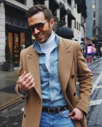 Cómo combinar: abrigo largo marrón claro, jersey de cuello alto blanco, camisa vaquera celeste, vaqueros azules