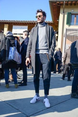 Cómo combinar: abrigo largo gris, jersey de cuello alto de punto gris, camiseta con cuello circular blanca, pantalón chino negro